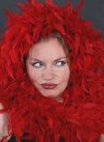 Een mooie vrouw in de rode veren Stock Foto's