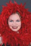 Een mooie vrouw in de rode veren Royalty-vrije Stock Foto's