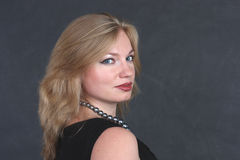 Een mooie vrouw in de zwarte avondjurk Stock Fotografie