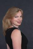 Een mooie vrouw in de zwarte avondjurk Royalty-vrije Stock Afbeelding