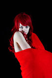 Een mooie vrouw die in een rode deken wordt verpakt Royalty-vrije Stock Afbeelding