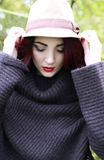Een mooie vrouw die op haar hoed houden Royalty-vrije Stock Foto
