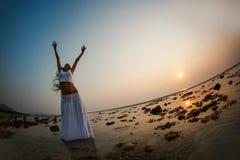 Een mooie vrouw die op het strand dansen Royalty-vrije Stock Foto's