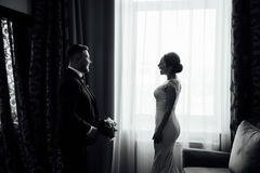 Een mooie vrouw in een mooie ruimte in dressn royalty-vrije stock afbeelding