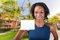 Een mooie vrouw houdt een adreskaartje Stock Foto's