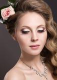 Een mooie vrouw met bloemen op haar hoofd royalty-vrije stock afbeelding