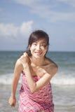 Een mooie vrouw op een leeg strand Stock Fotografie