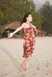 Een mooie vrouw op strand Stock Afbeeldingen
