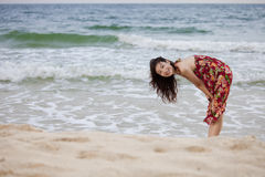 Een mooie vrouw op strand Royalty-vrije Stock Afbeeldingen