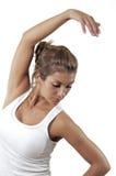 Een mooie vrouw rekt zich bij de gymnastiek uit. Royalty-vrije Stock Afbeelding