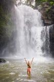 Een mooie vrouw voor Tegenungan-waterval in Bali stock afbeeldingen