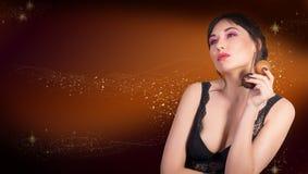 Een mooie vrouw in zwarte kantlingerie houdt in haar handenscheenbeen Royalty-vrije Stock Fotografie