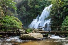 Een mooie waterval in noordelijk Thailand Royalty-vrije Stock Foto's