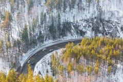 Een mooie windende weg De mening vanaf de bovenkant Royalty-vrije Stock Fotografie
