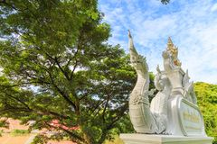 Een mooie witte Koning van Nagas-standbeeld op Concrete Tekens van Heilig Royalty-vrije Stock Afbeelding