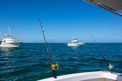 Een mooie witte vissersboot in de oceaan is bezig geweest met het met een sleeplijn vissen in Dominica Republic stock foto