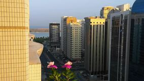 Een mooie zonsondergang in de stad ontspannende mening van een balkon met mooie bloemen en vogels