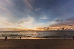 Een mooie zonsondergang op het strand Stock Foto's