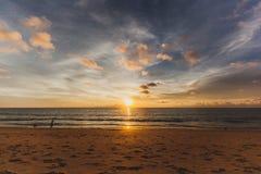 Een mooie zonsondergang op het strand Stock Fotografie