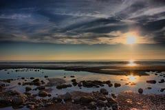 Een Mooie zonsondergang over een stille kalme oceaan Stock Foto