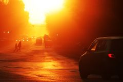 Een mooie zonsondergang in een stad, perspectiefmening van de weg De machinedraaien royalty-vrije stock afbeeldingen