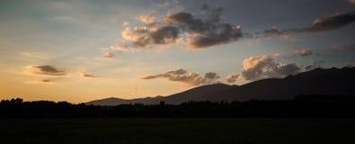 Een mooie zonsondergangmening aan de bergen Stock Foto's