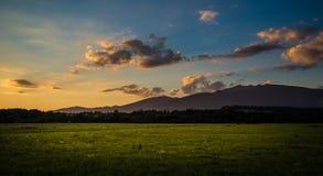 Een mooie zonsondergangmening aan de bergen Stock Afbeelding