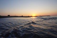 In een mooie zonsopgang de getijdenstijgingen op de stranden van Barcelona stock fotografie