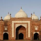 Een moskee (masjid) naast Taj Mahal, Agra, India stock afbeeldingen
