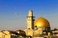 Een moskee met een gouden koepel in Jeruzalem royalty-vrije stock afbeelding