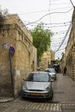 Een Moslimmens in een smalle zijstraat van via Dolorosa in Jeruzalem Stock Afbeeldingen
