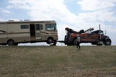 Een motor-huis die door een slepenvrachtwagen worden opgeheven royalty-vrije stock afbeeldingen