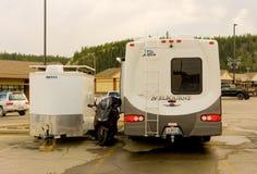 Een motor-huis met speelgoed die bij een walmartparkeerterrein rusten in noordelijk Canada Royalty-vrije Stock Foto's