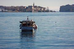 Een motorboot wordt vastgelegd op het meer royalty-vrije stock afbeelding
