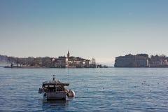 Een motorboot wordt vastgelegd op het meer stock afbeelding