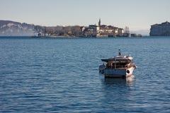 Een motorboot wordt vastgelegd op het meer royalty-vrije stock foto