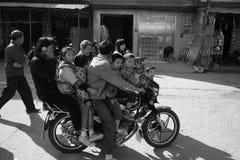 Een motorfiets berijdt vele mensen stock fotografie