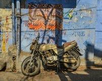 Een motorfiets bij oude stad in Jodhpur, India royalty-vrije stock fotografie