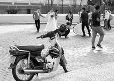 Een motorparkeren op de centrumstraat Huwelijksfoto die scèneachtergrond nemen Stock Fotografie