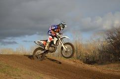 Een motorracer landt op het achterwiel Stock Afbeelding