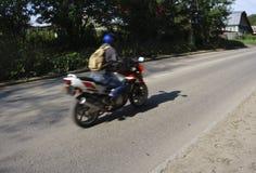 Een motorrijder berijdt op de weg royalty-vrije stock fotografie