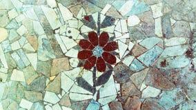 Een mozaïek in de vorm van een bloem van steen wordt gemaakt die Royalty-vrije Stock Foto
