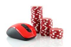 Een muis en rode casinospaanders Stock Afbeeldingen