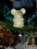 Een muis op een Kerstboom - met een gift en een klok Stock Afbeeldingen