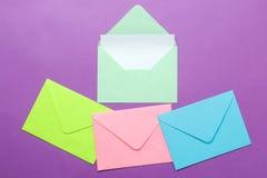 Een multi-colored envelop met een spatie voor een inschrijving op een heldere in lilac achtergrond Hoogste mening royalty-vrije stock afbeeldingen