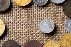 Een muntstuk door andere muntstukken, een oud muntstuk wordt omringd van 1914 die Stock Fotografie