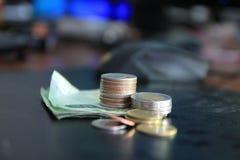 Een muntstuk is een grafiek op een witte achtergrond De bedrijfsideeën voegen een kolom aan uw besparingen toe het idee van het b stock fotografie