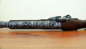 Een musket met mahonie en gravure op de boomstam stock video