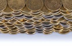 Een muur met euro muntstukken van verschillende die waarden wordt hierboven worden gezien gebouwd die van stock afbeeldingen