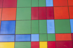 Een muur met keramische tegels wordt gevoerd die Stock Foto
